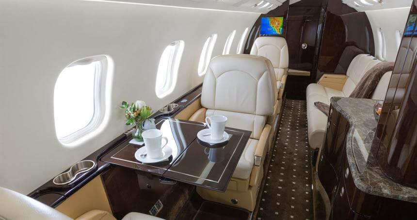 https://www.aerojetme.com/wp-content/uploads/2021/01/learjet-60xr-interior.jpg